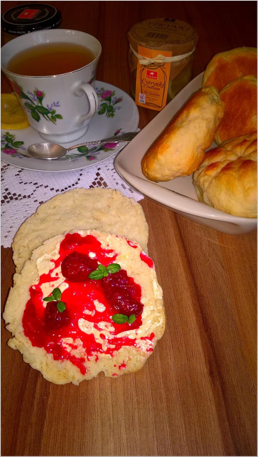 Domowe bułeczki i rozgrzewająca herbata z cytrynką i imbirem (3)