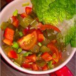 Najłatwiejsza surówka do obiadu (z pomidorków, papryki i ogórków kiszonych)