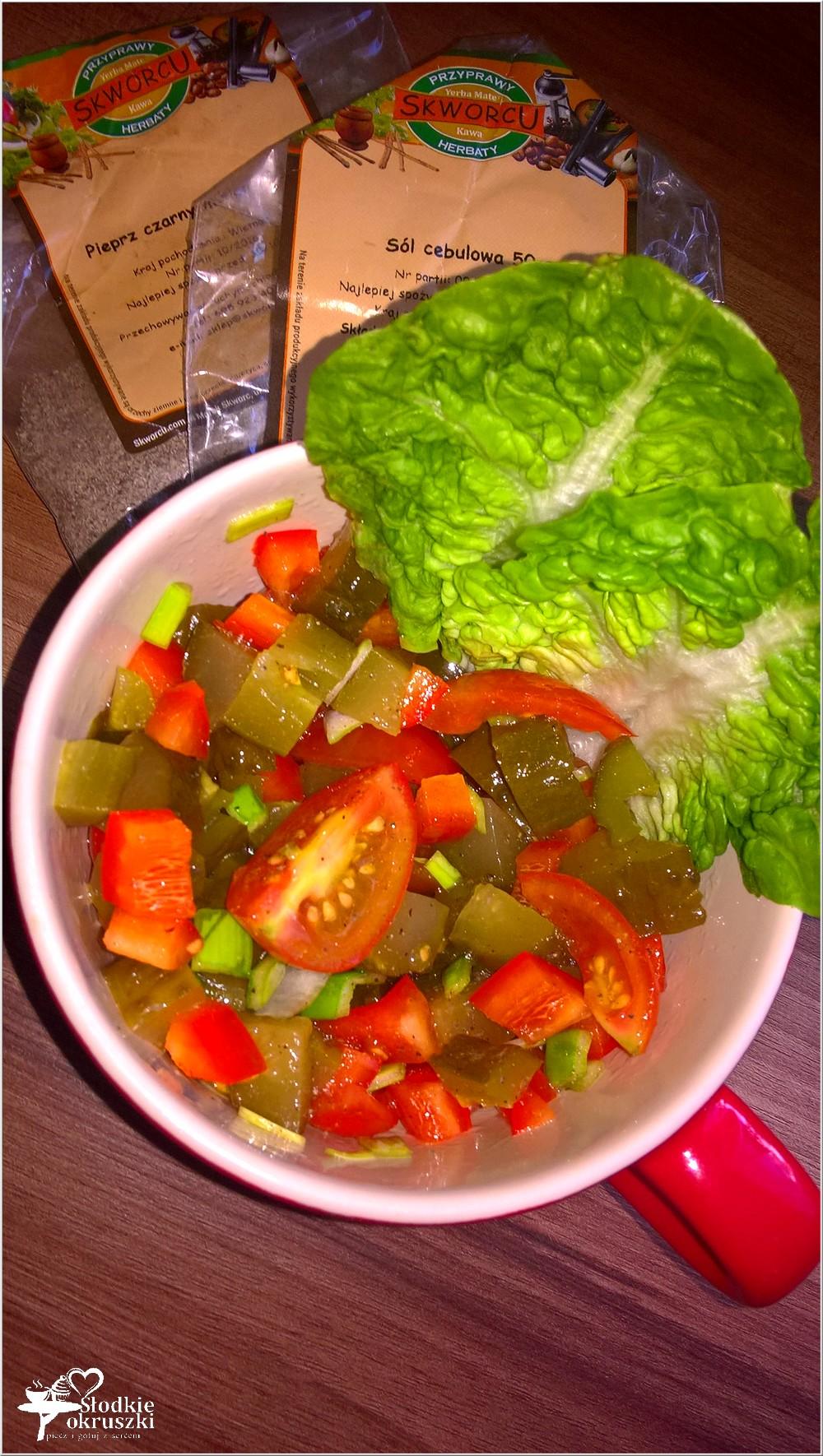 najlatwiejsza-surowka-do-obiadu-z-pomidorkow-papryki-i-ogorkow-kiszonych-2
