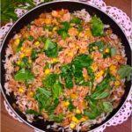 Ryż z pikantnym tuńczykiem, słoneczną kukurydzą i zielonymi dodatkami