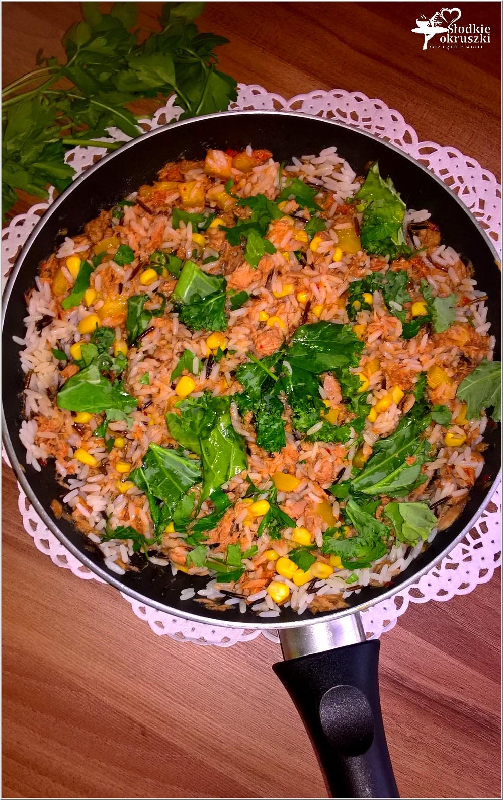Ryż z pikantnym tuńczykiem, słoneczną kukurydzą i zielonymi dodatkami (2)
