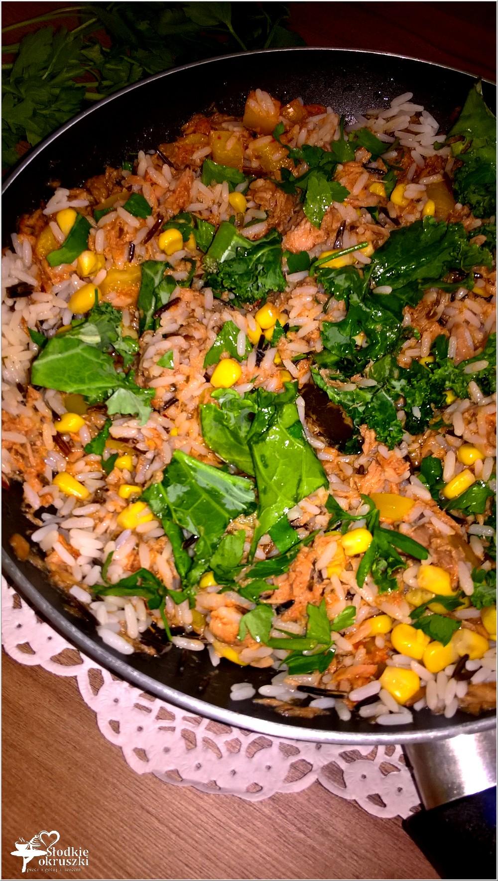 Ryż z pikantnym tuńczykiem, słoneczną kukurydzą i zielonymi dodatkami (4)