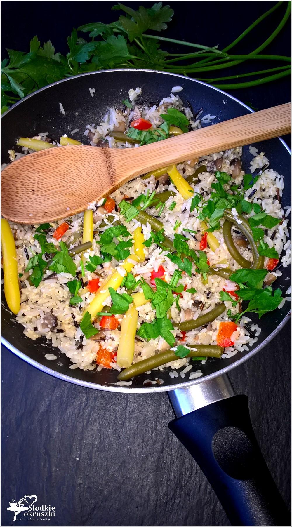 Smażony ryż z fasolką, jajkiem, pieczarkami i papryką (1)