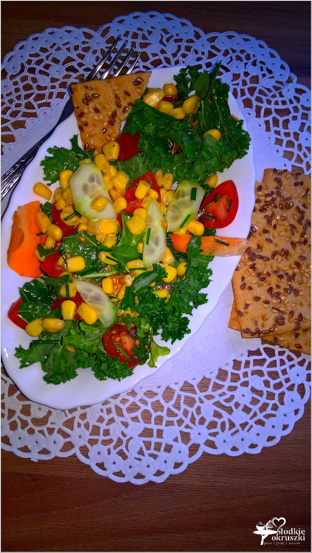 Zdrowa sałatka z kukurydzą, ogórkiem, pomidorkami i zielonym miksem (1)