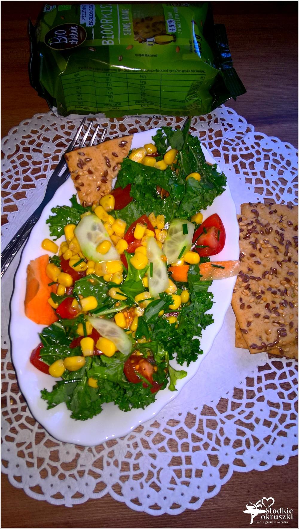 Zdrowa sałatka z kukurydzą, ogórkiem, pomidorkami i zielonym miksem (2)