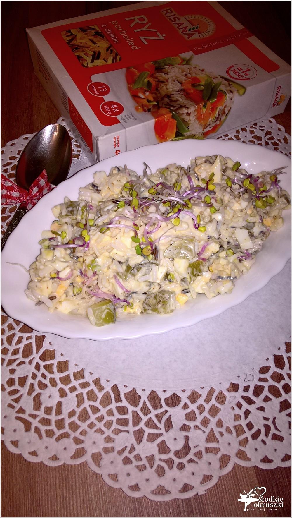 Lekka sałatka ryżowa z kiełkami, jajkiem i ogórkiem (1)