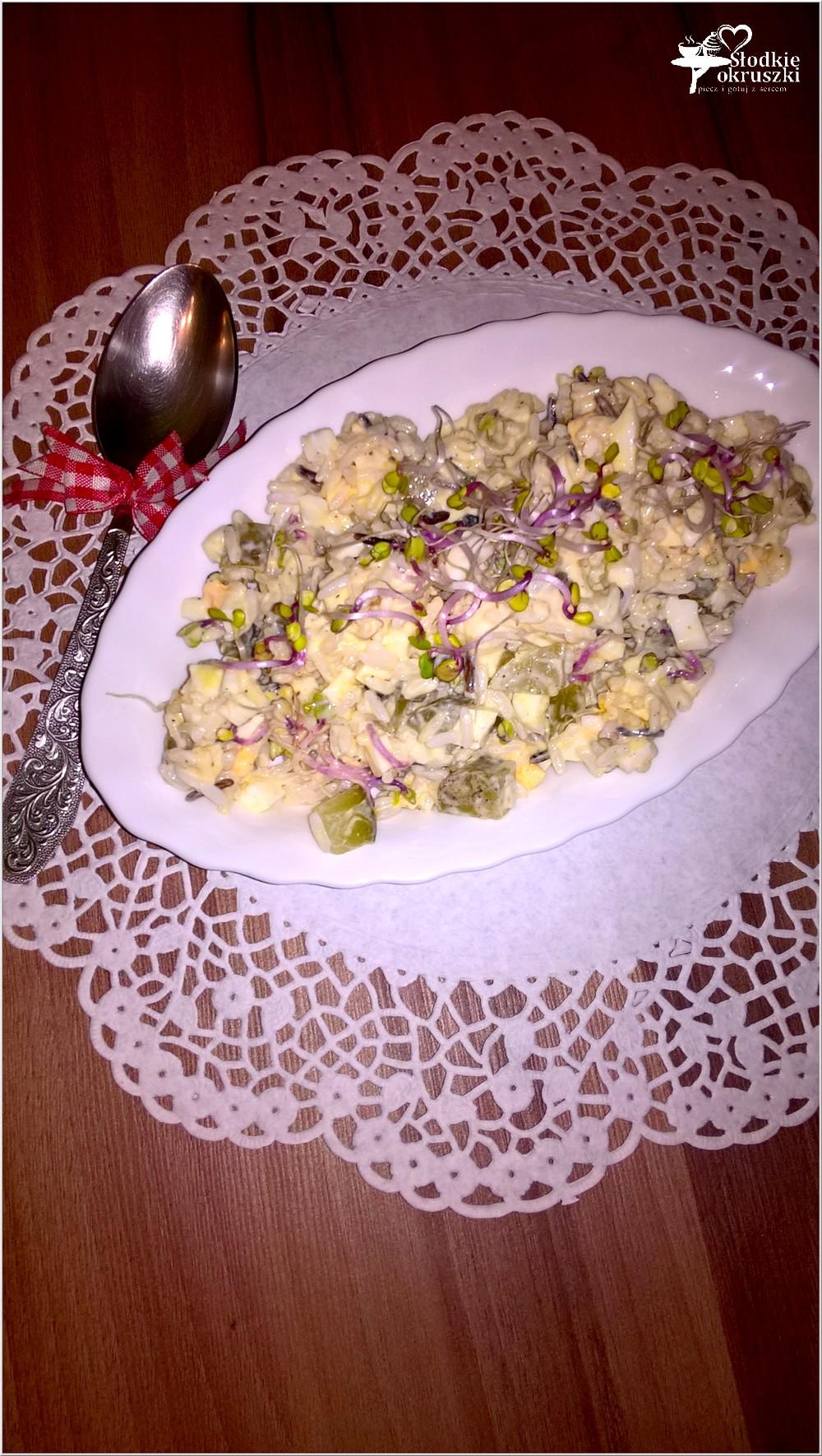Lekka sałatka ryżowa z kiełkami, jajkiem i ogórkiem (2)