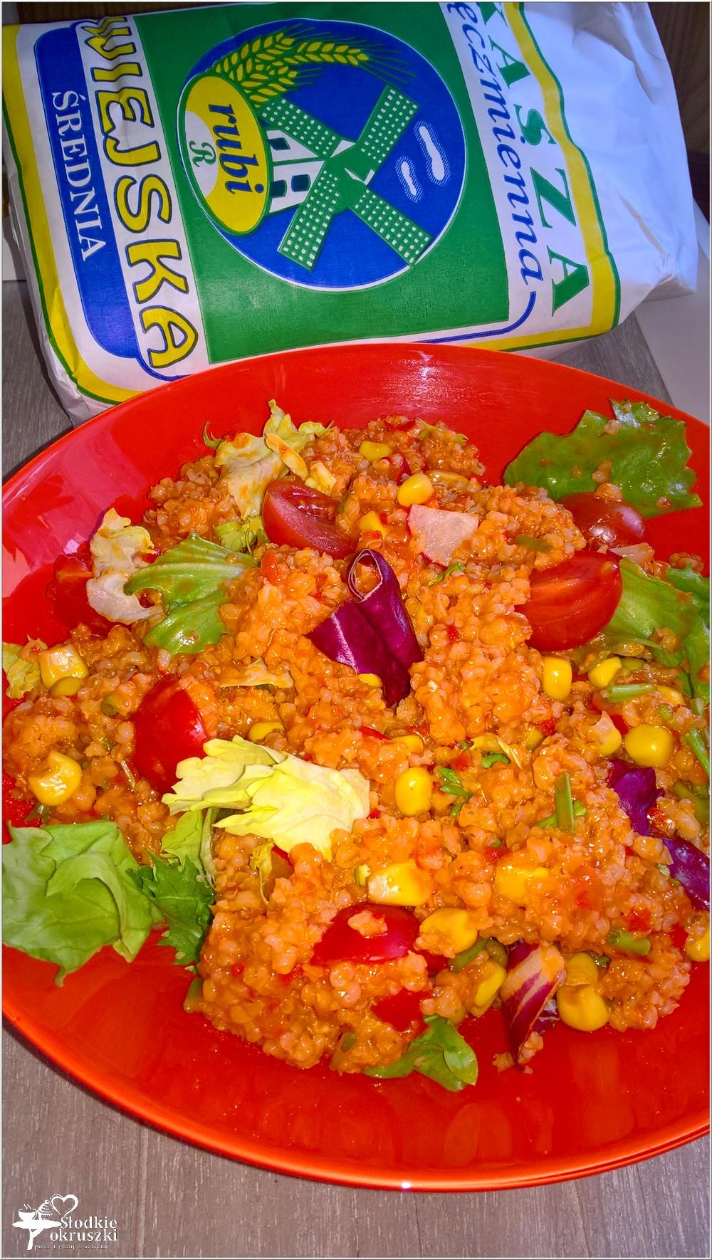 Zdrowa sałatka na bazie kaszy jęczmiennej (z ajvarem) (1)