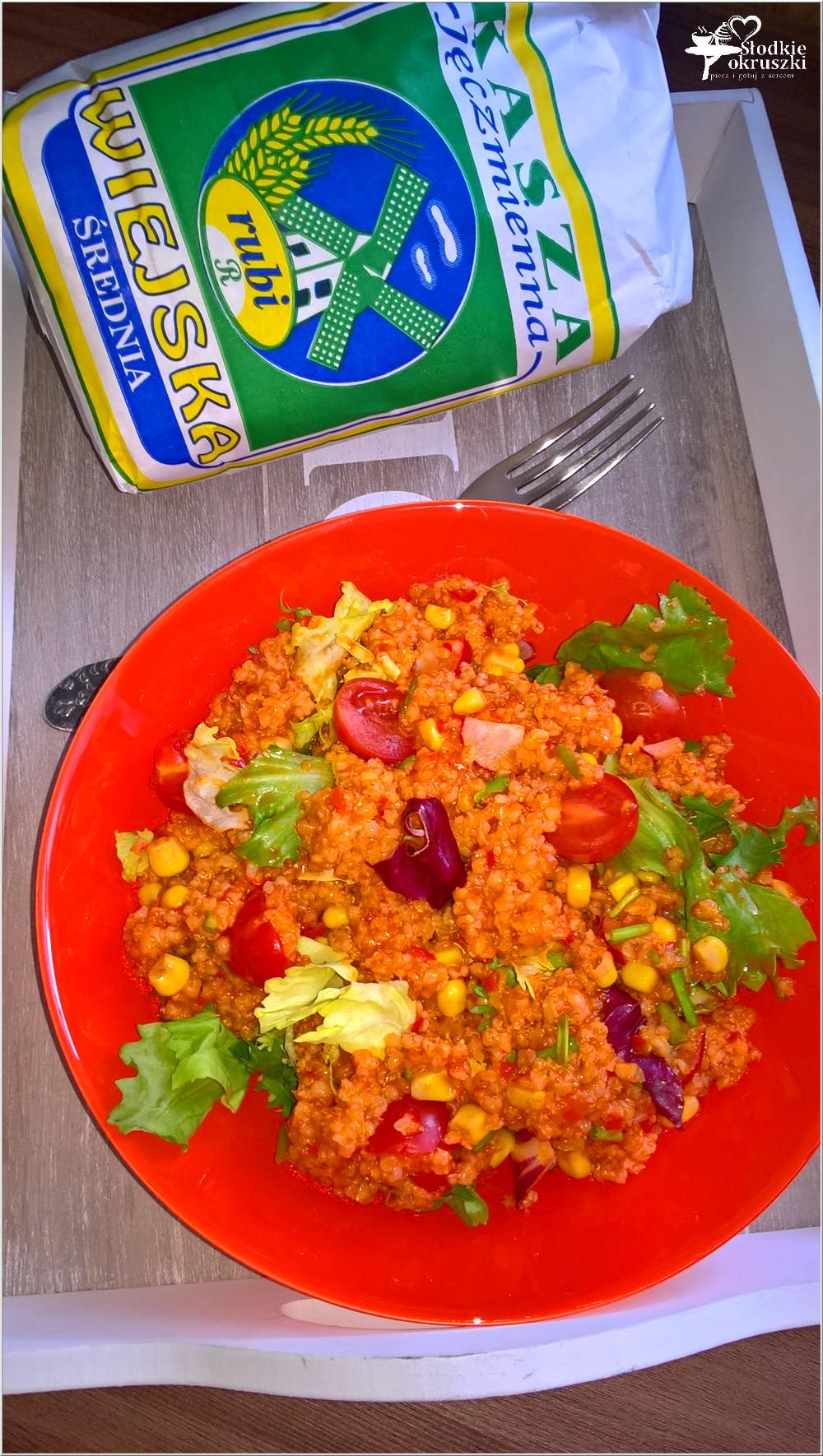 Zdrowa sałatka na bazie kaszy jęczmiennej (z ajvarem) (2)