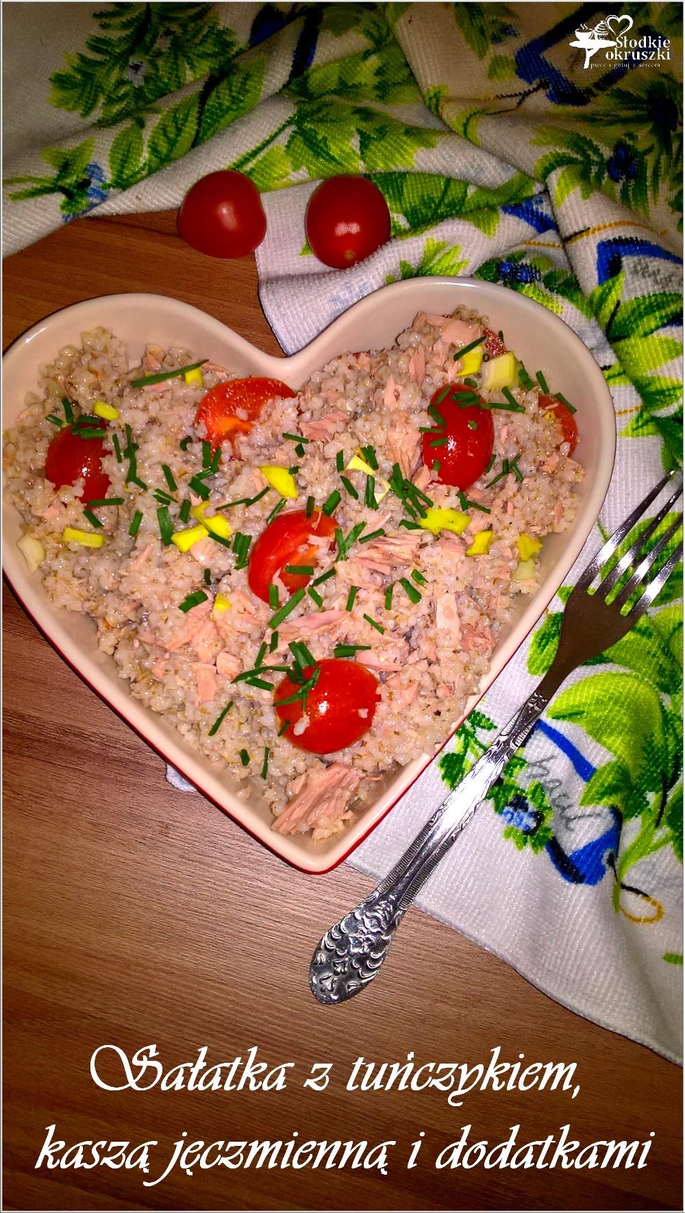 Sałatka z tuńczykiem, kaszą jęczmienną i dodatkami (2)