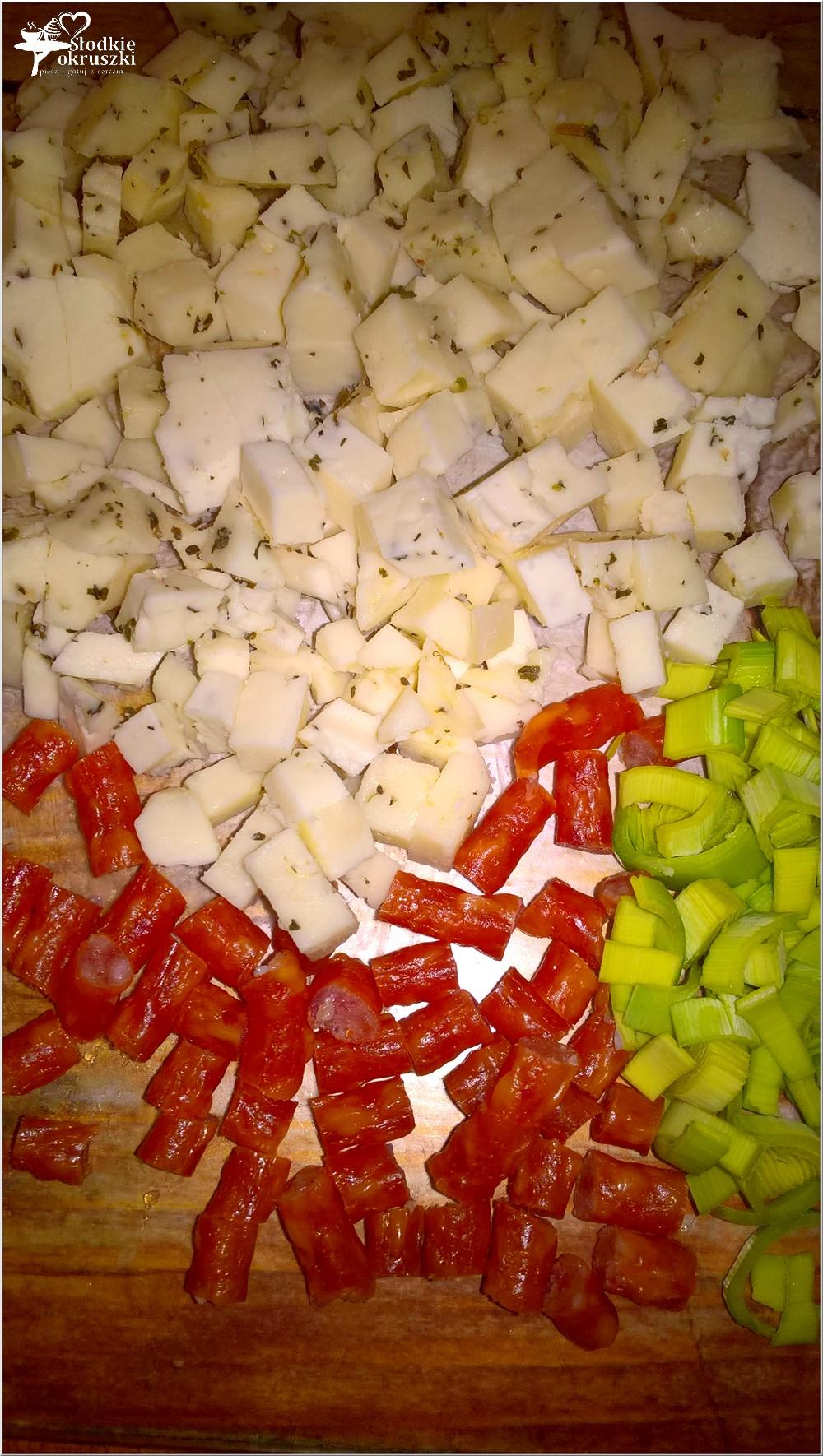 Szybki makaron z ajvarem, serem korycińskim i kabanosem (1)