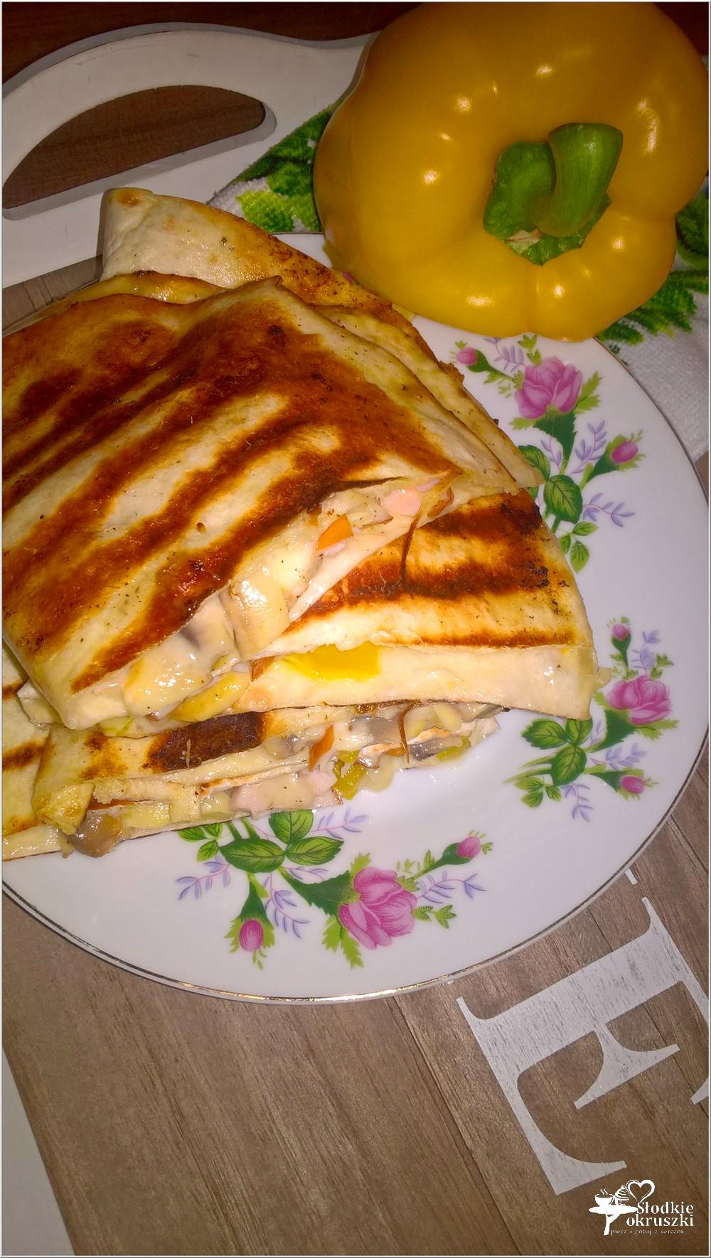 Grillowane tortille z serem korycińskim, kurczakiem i pieczarkami (3)