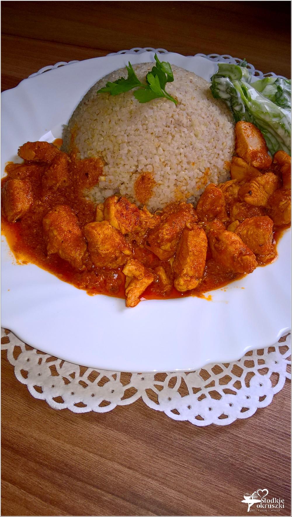 Piersi z kurczaka w pomidorowym sosie podane z kaszą jęczmienną (1)
