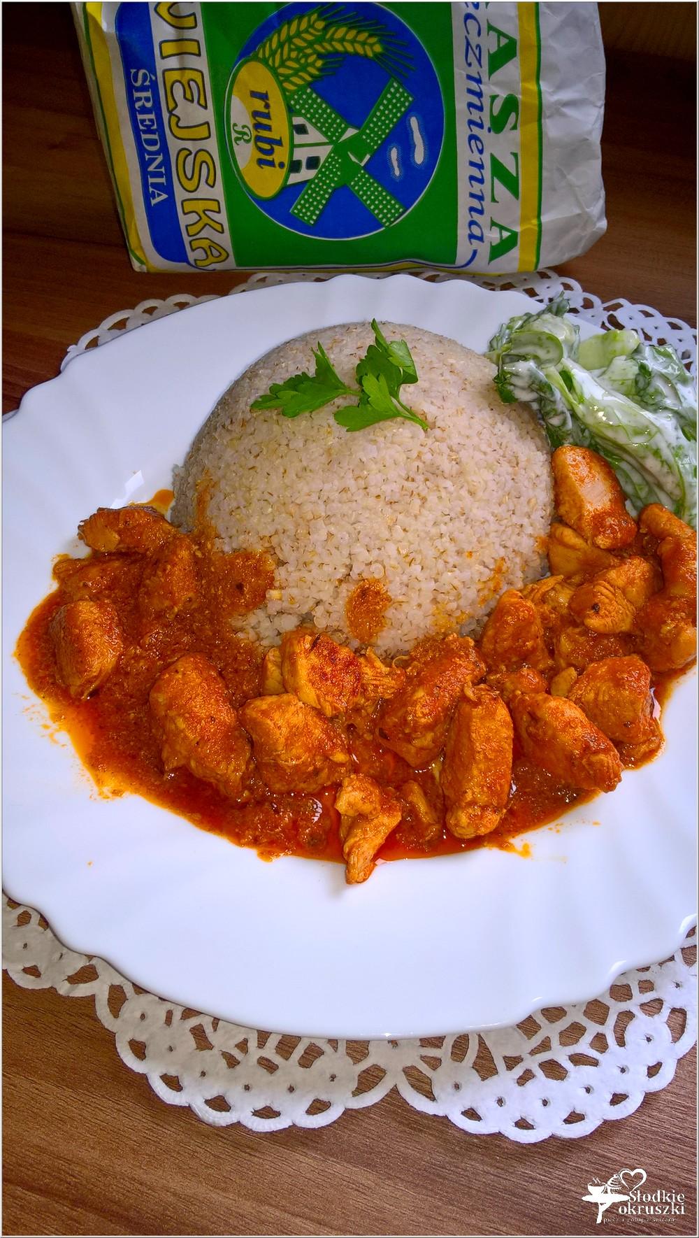 Piersi z kurczaka w pomidorowym sosie podane z kaszą jęczmienną (3)