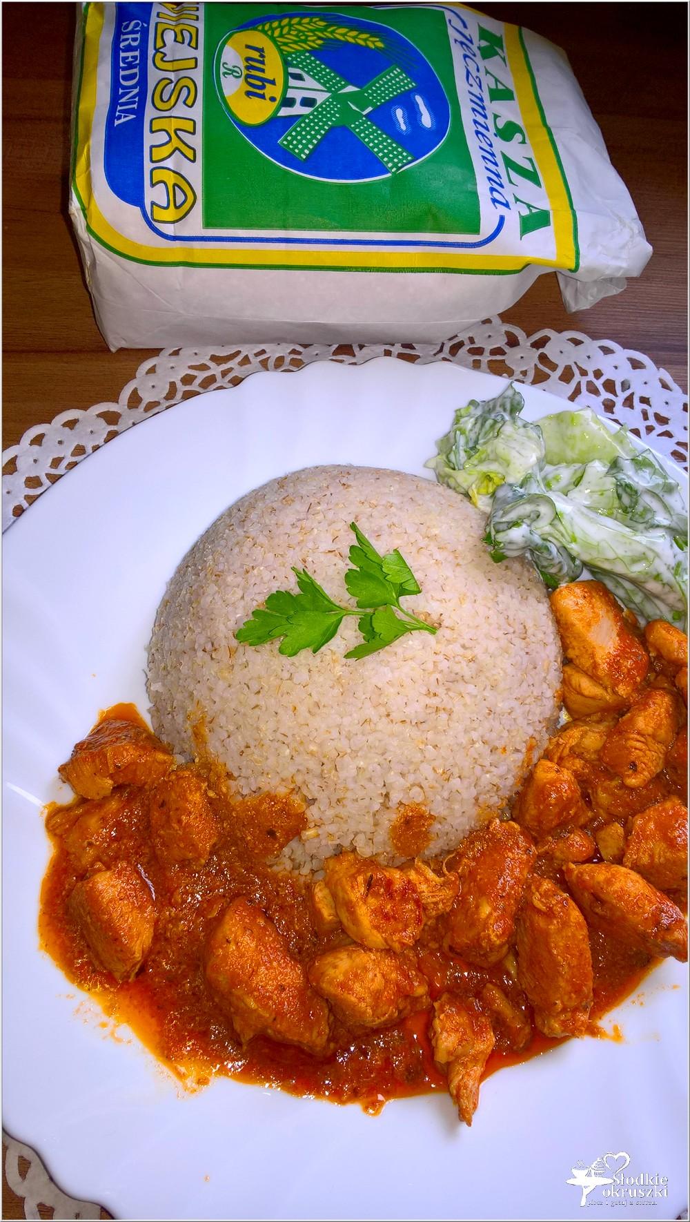 Piersi z kurczaka w pomidorowym sosie podane z kaszą jęczmienną (4)