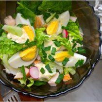Zielona sałatka z wędzonym kurczakiem, jajkiem i sosem czosnkowym (1)