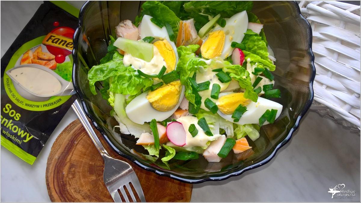 Zielona sałatka z wędzonym kurczakiem, jajkiem i sosem czosnkowym (2)