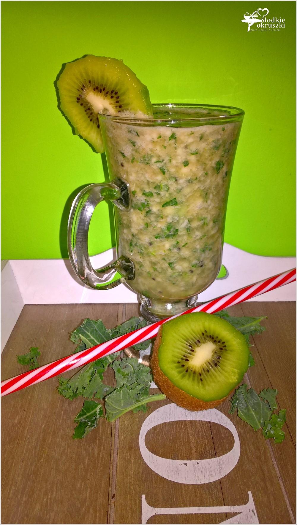 Zielone smoothie z jarmużem, kiwi i sokiem jabłkowo-rabarbarowym