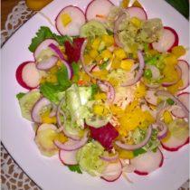 Kolorowa sałatka z dressingiem vinaigrette (1)