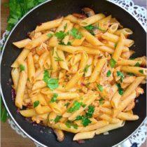 Penne z kurczakiem w sosie śmietanowo-pomidorowym z papryką i bazylią (1)