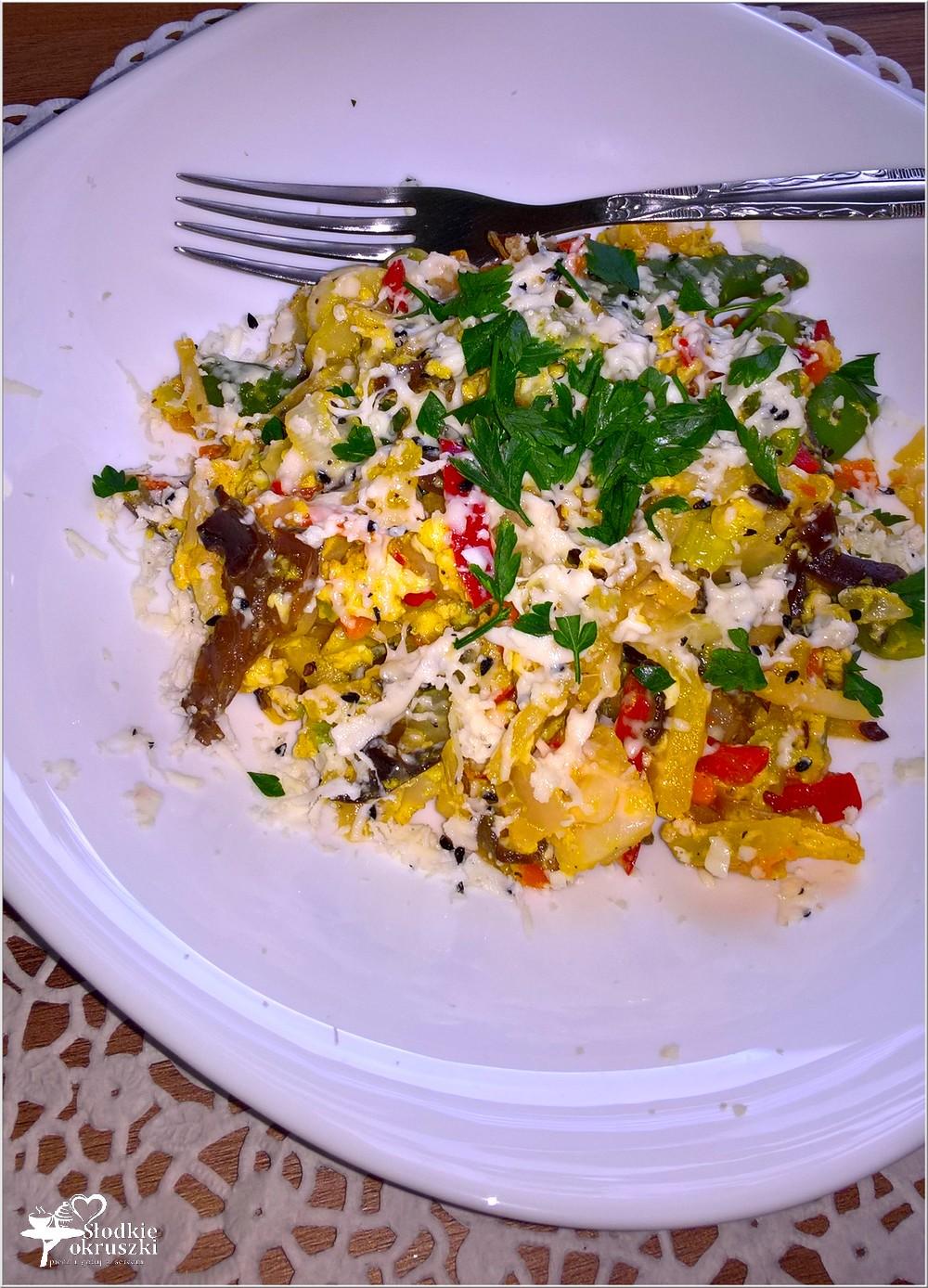 Smażone warzywa z jajkiem i serem korycińskim (1)