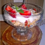 Lekkie śniadanie. Wysokobłonnikowe musli z truskawkami, jagodami goji i morwą