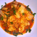 Obiad jednogarnkowy. Gulasz z kurczaka w sosie na bazie pesto
