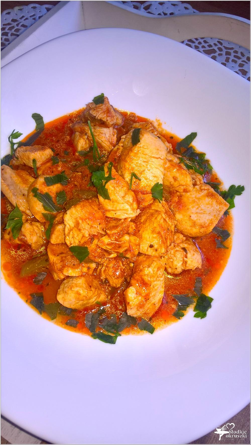 Obiad jednogarnkowy. Gulasz z kurczaka w sosie na bazie pesto (1)