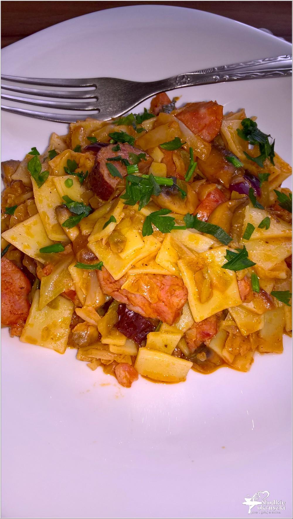 Pomidorowo-paprykowe a la łazanki z młodej kapusty (1)