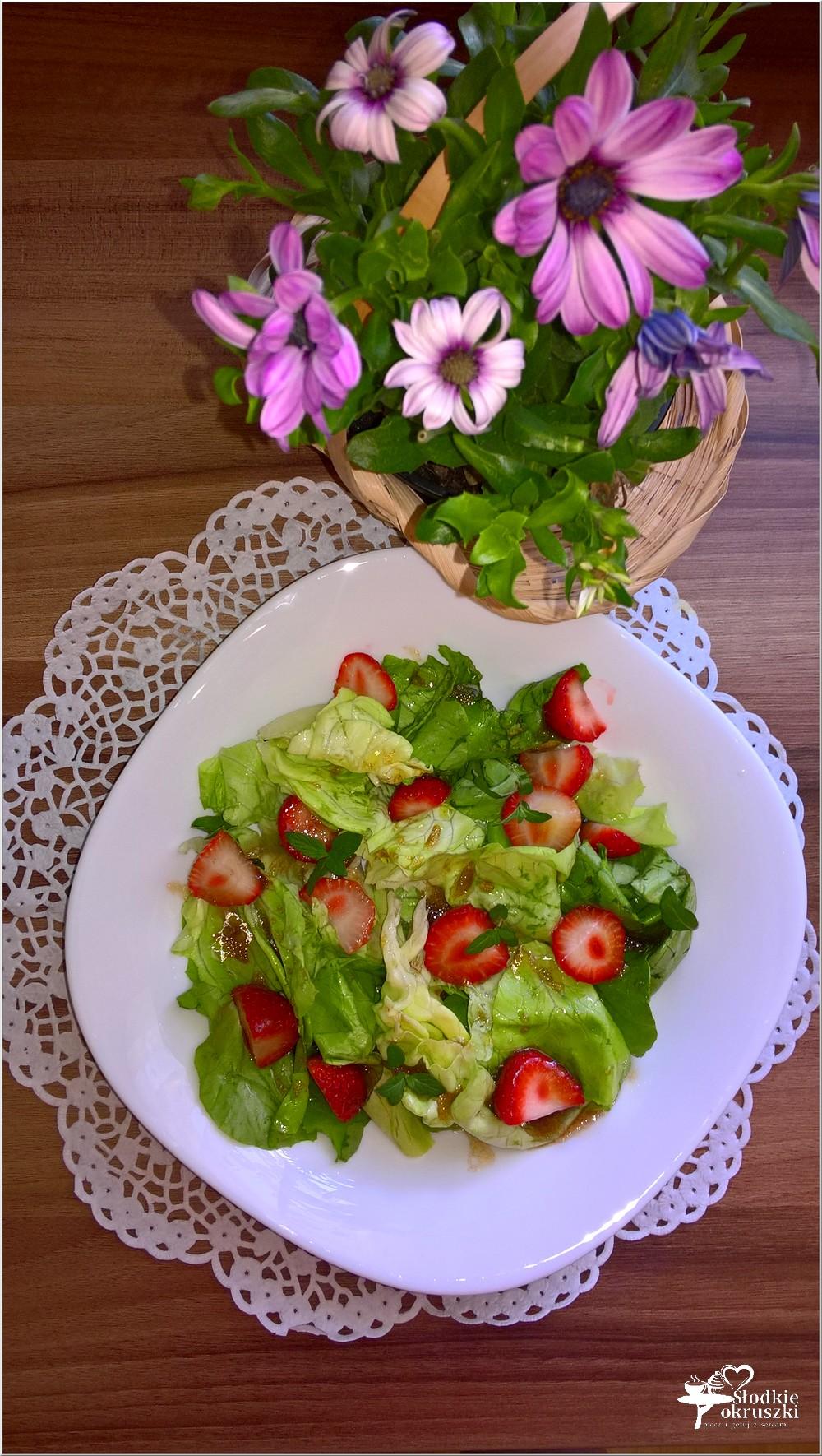Sałatka z truskawkami w słodko-kwaśnym sosie (1)