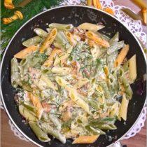 Trójkolorowy makaron z kurkami w sosie śmietanowym (1)