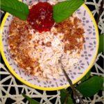 Śniadaniowa jęczmienianka z chałwą lnianą i dodatkami