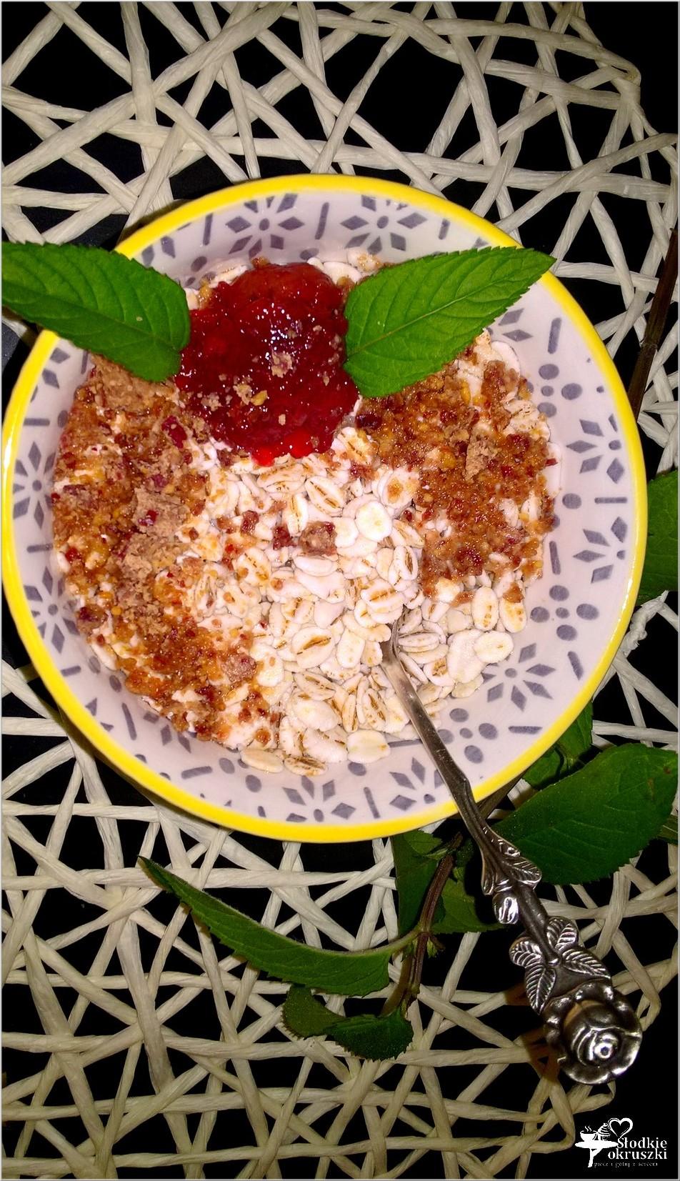 Śniadaniowa jęczmienna miseczka z chałwą lnianą 1