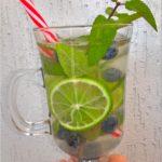 Domowy napój izotoniczny limonka-borówki-mięta