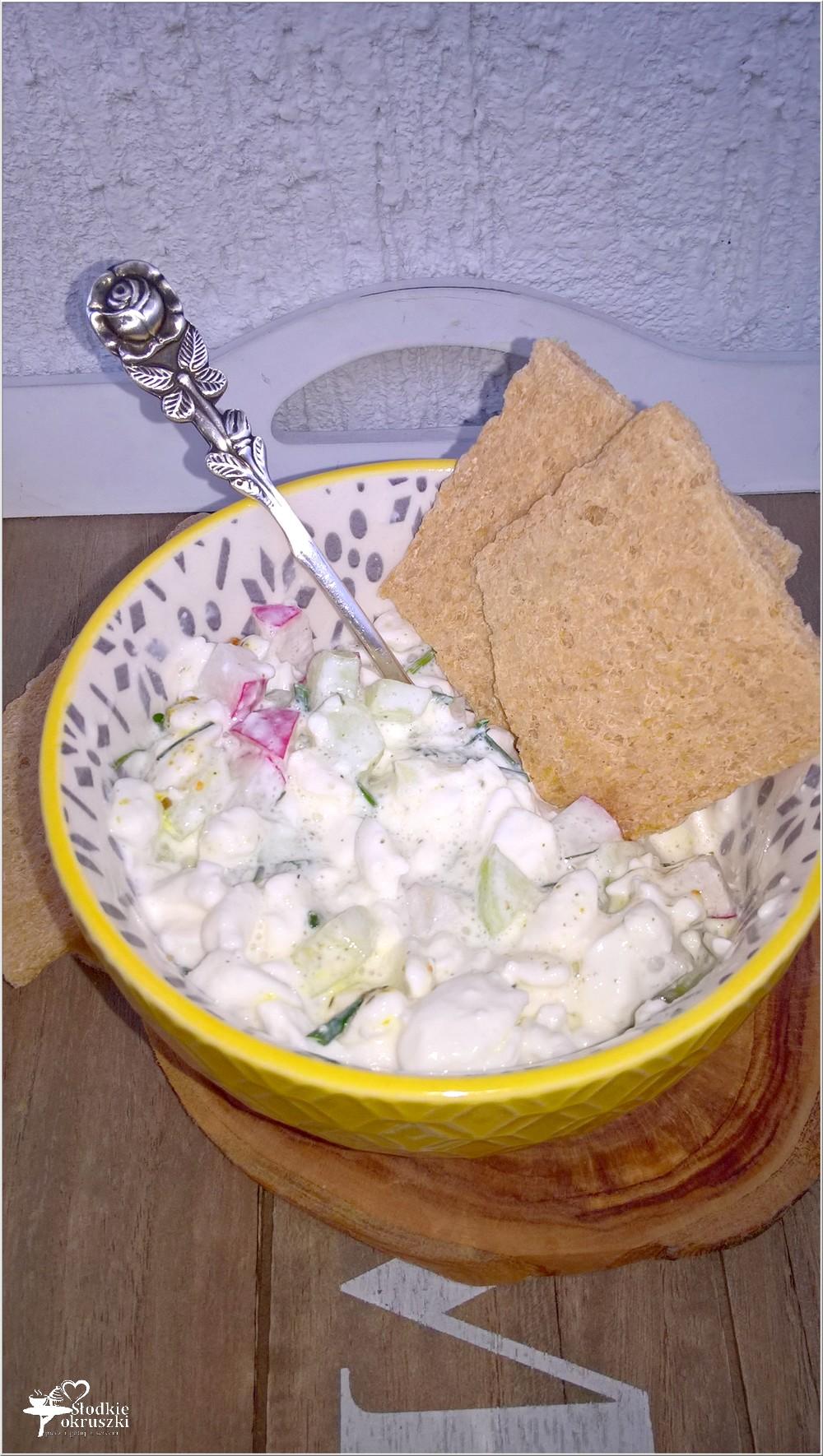 Lekkie śniadanie. Serek wiejski z ziołami, ogórkiem i rzodkiewką (2)