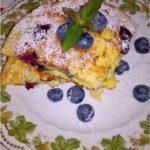 Puszysty omlet z borówkami i płatkami jęczmiennymi