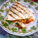 Tortilla z serem korycińskim, kukurydzą, schabem i ziołami
