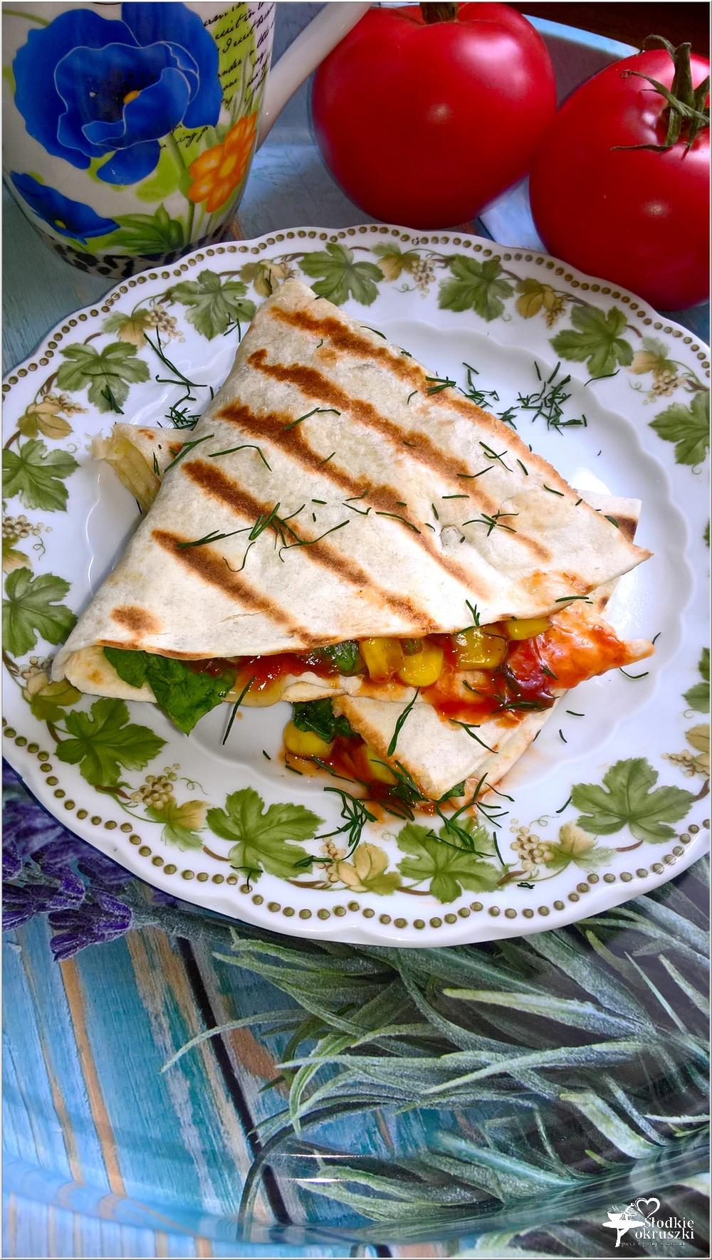 Tortilla z serem korycińskim, kukurydzą, schabem i ziołami (1)
