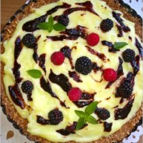 Budyniowa tarta bez pieczenia z konfiturą z czarnego bzu i owocami (1)