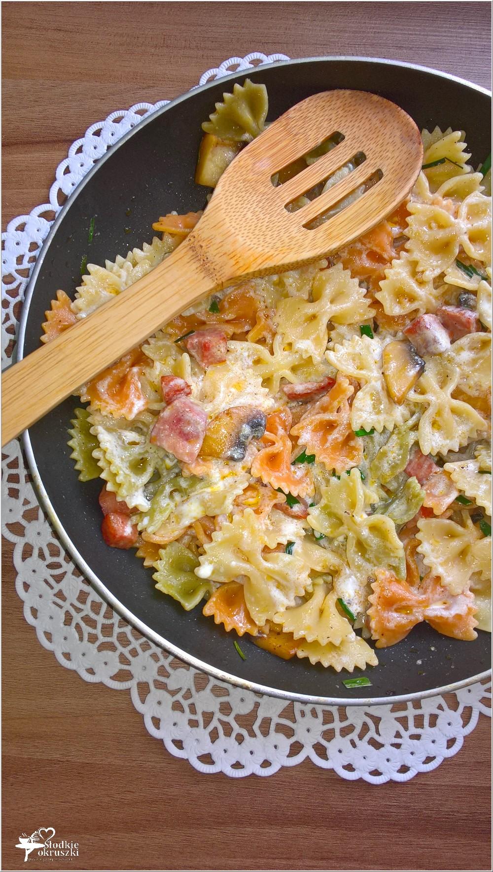 Makaronowe kokardki z pieczarkami i kiełbasą żywiecką (1)
