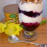 Szybki jagodowo-ryżowy pudding z karmelowymi orzechami