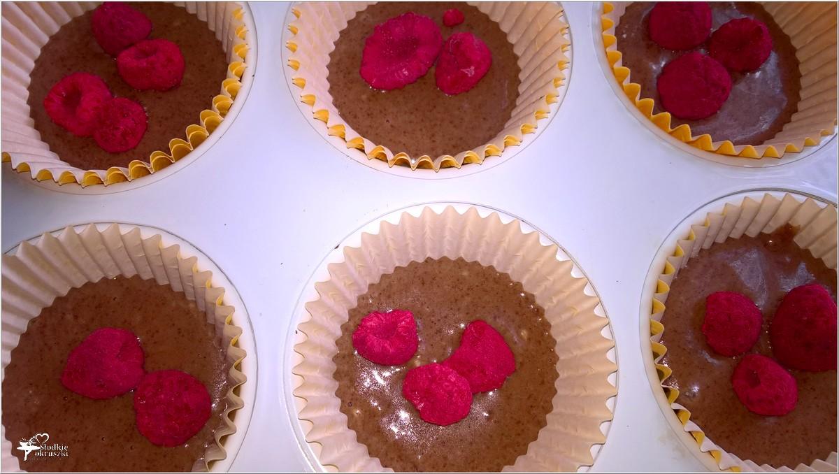 Czekoladowo-malinowe babeczki (z liofilizowanymi owocami) (5)