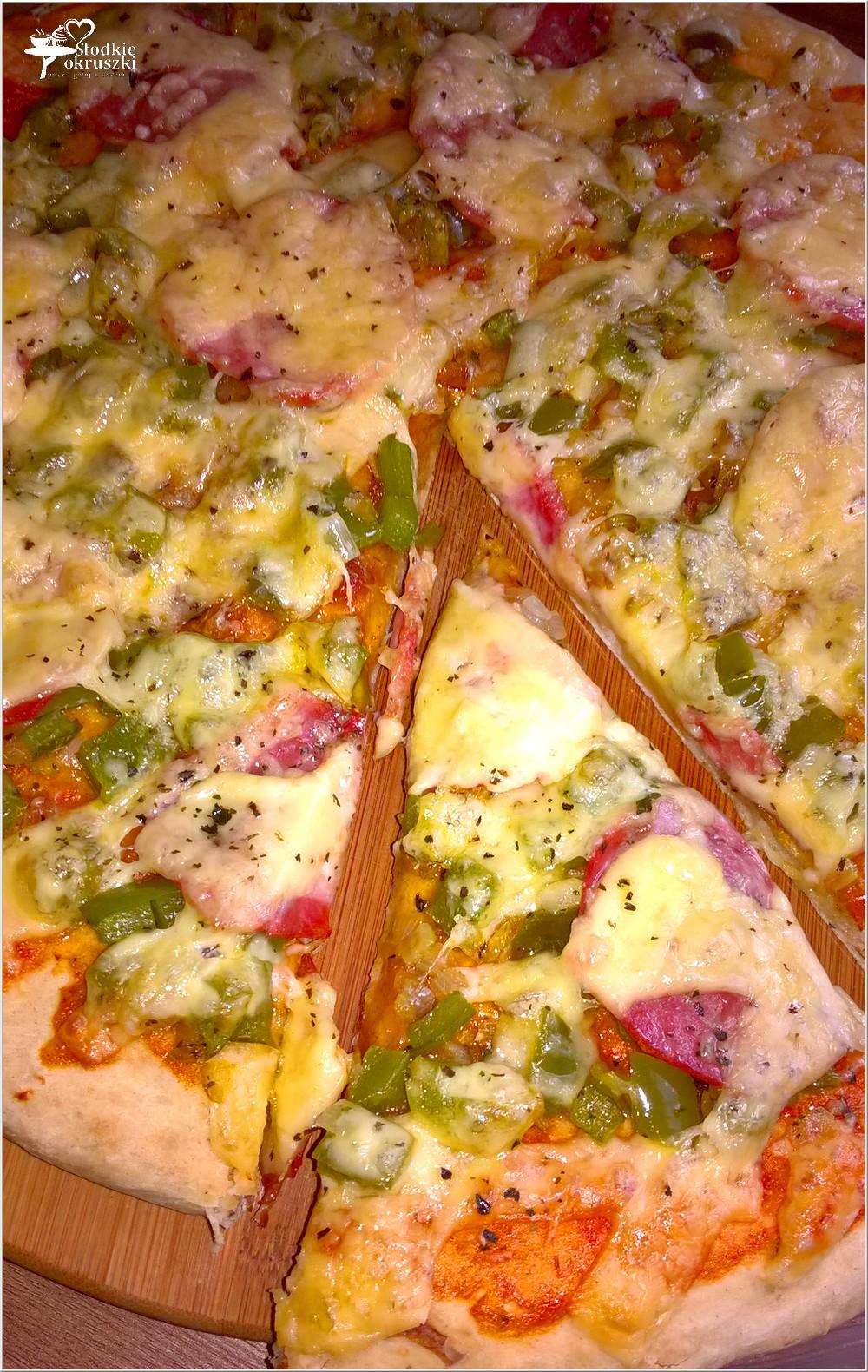 Pizza z zieloną papryką i kiełbasą krakowską podsuszaną (1)