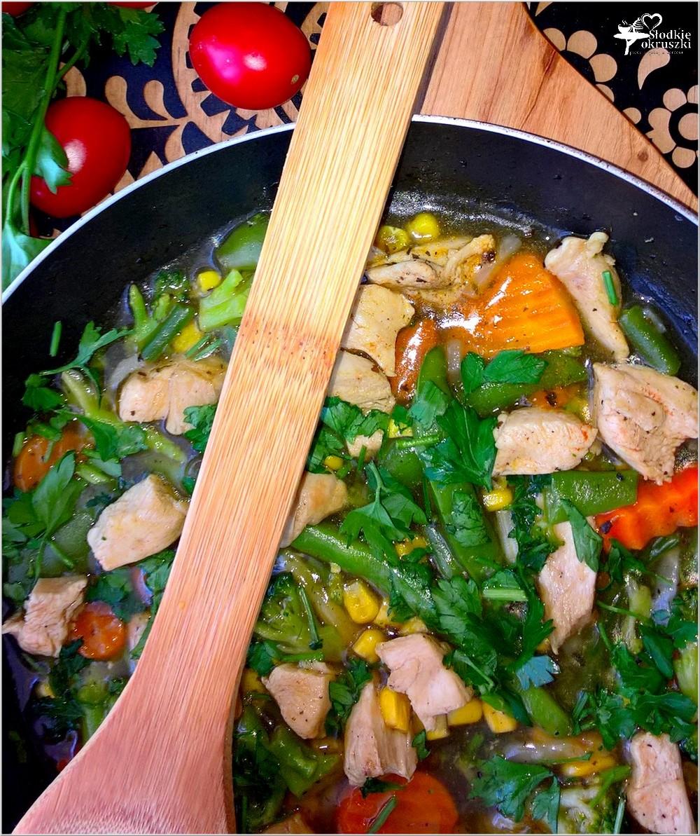 Kurczak w rozgrzewającym warzywnym sosie