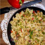 Makaronowe kokardki z pastą z bakłażana, papryką i serem dojrzewającym od Owcza Kraina