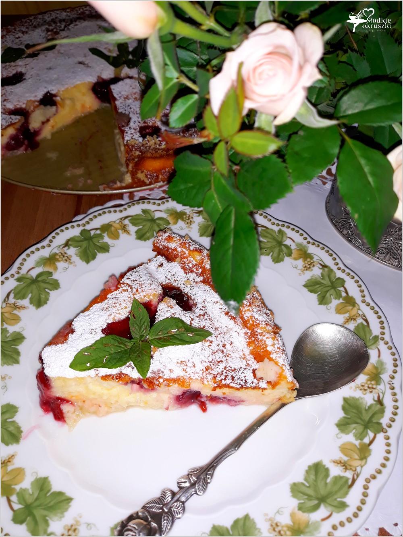 Waniliowy sernik budyniowy ze słodką wisienką (1)