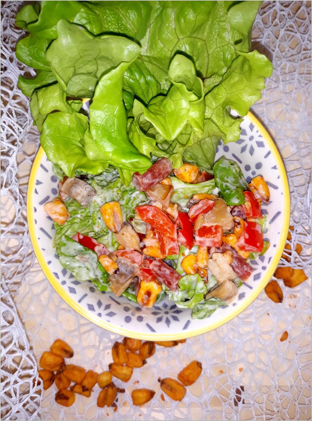 Chrupiąca sałatka z kukurydzą barbecue, pieczarkami i kabanosem (1)