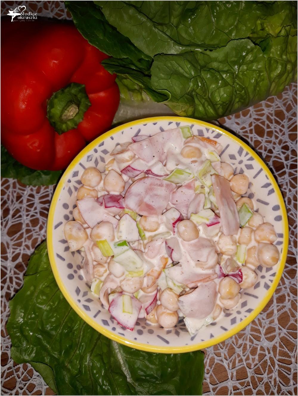 Lekko czosnkowa sałatka z cieciorką i polędwicą sopocką (1)