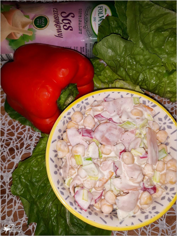 Lekko czosnkowa sałatka z cieciorką i polędwicą sopocką (3)
