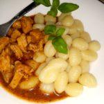Ziołowo-pomidorowy sos z kurczakiem i kluseczkami (gnocchi)